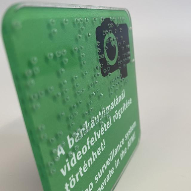 Figyelmeztető tábla Braille nyomtatással