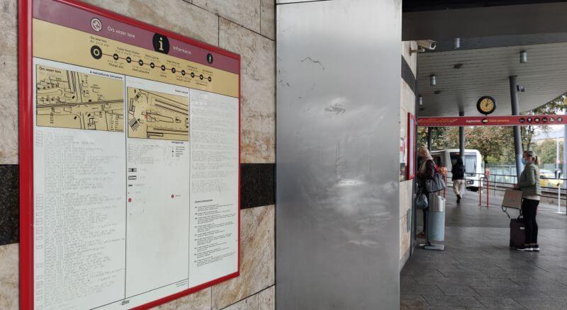 Braille feliratokat és taktilis térképeket tartalmazó információs tábla az M2 metró vonalán