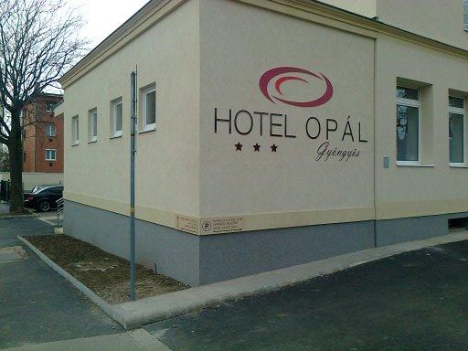 Homlokzati felirat - Hotel Opál