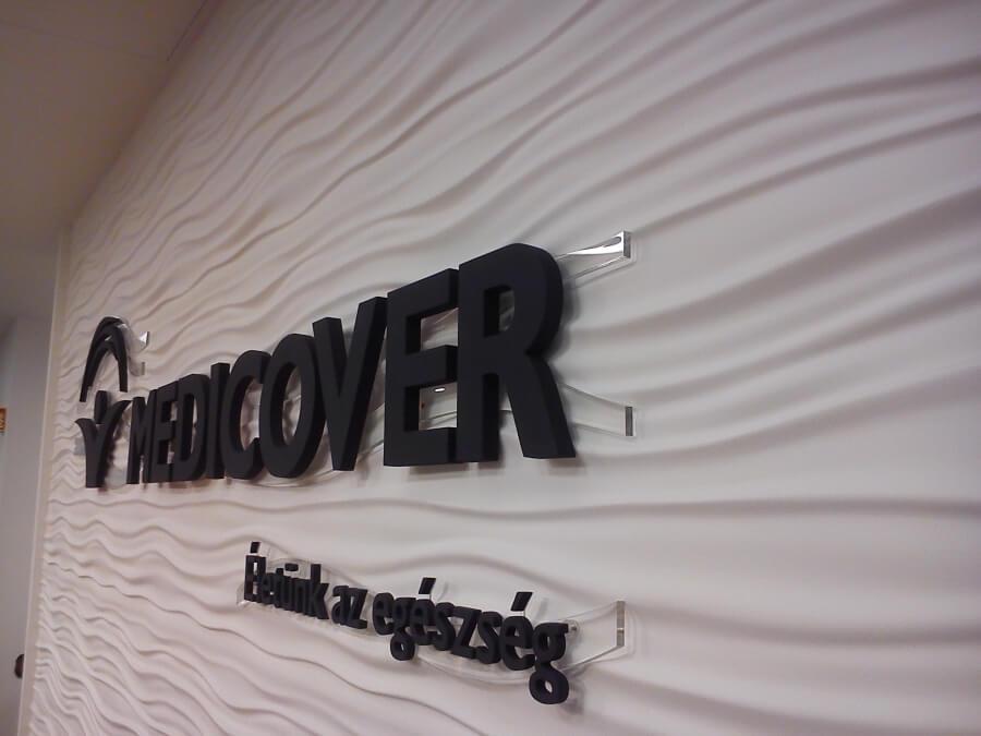 Medicover plasztikus betűk