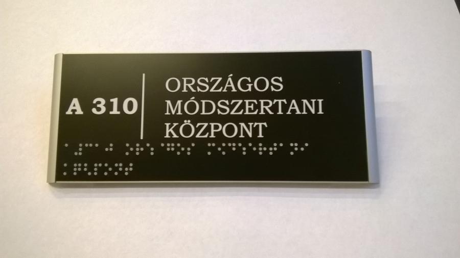 Ajtótábla braille felirattal