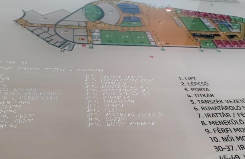 Információs tábla braille írással