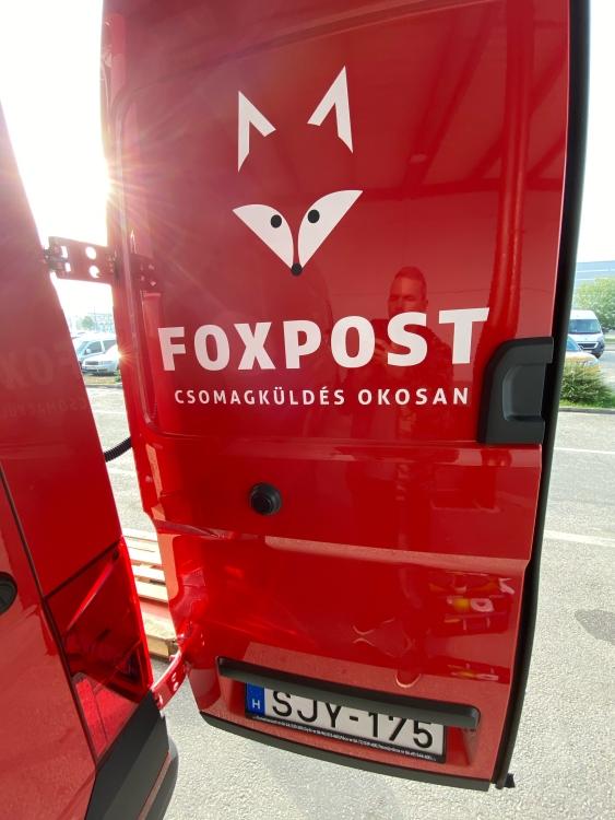 Foxpost autó hátsó ajtó dekoráció