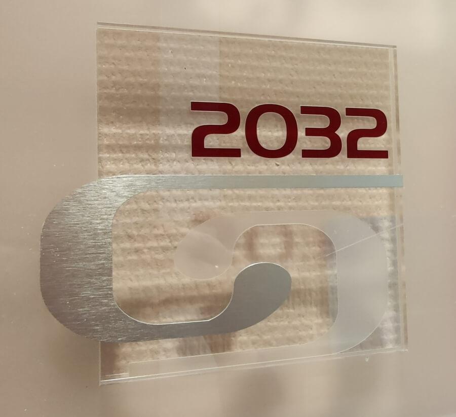 Plexi információs tábla fémmel kombinálva