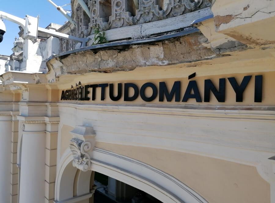Magyar Agrár- és Élettudományi Egyetem homlokzati felirata