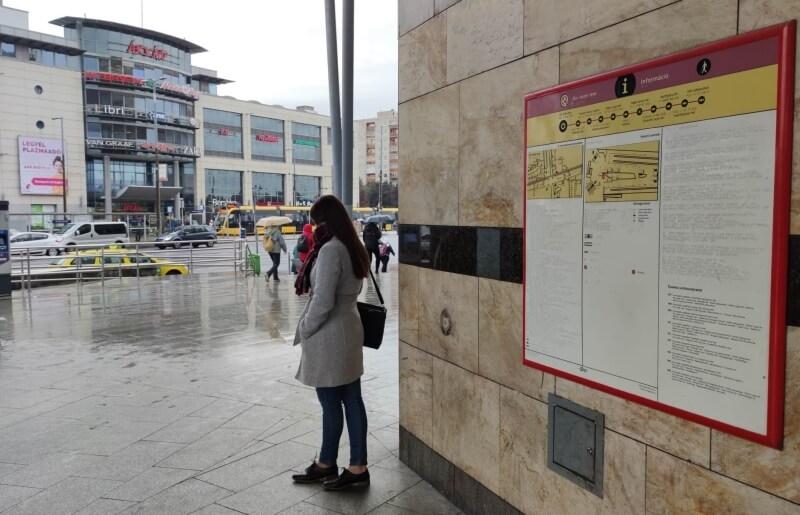 Taktilis információs tábla az M2 metró vonalán