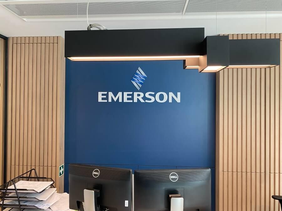 Emerson logo iroda dekoráció