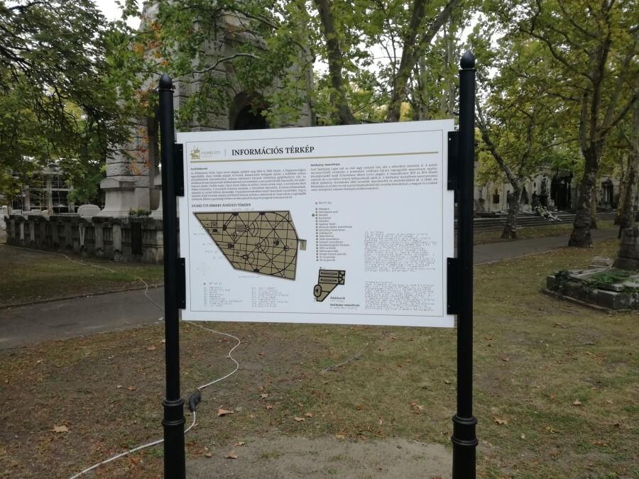 Fiumei úti sírkert információs táblája