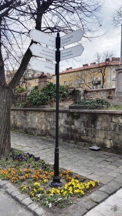 Útbaigazító tábla a Fiumei úti sírkertben