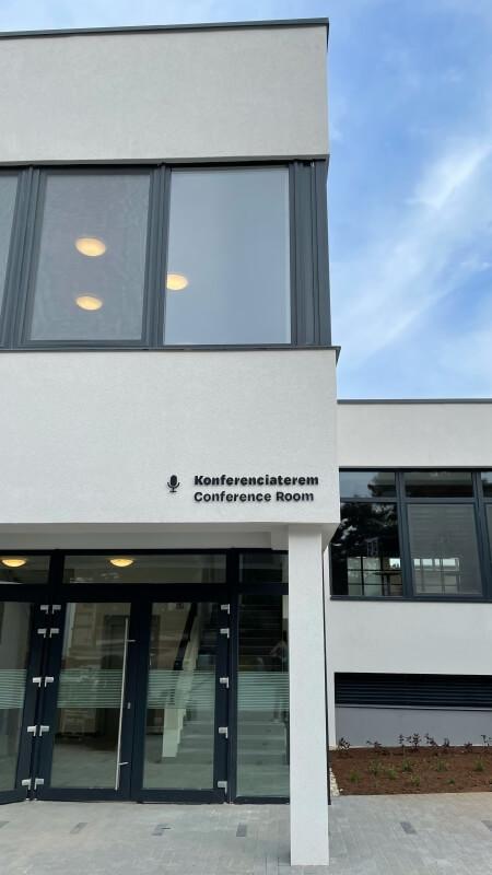 Homlokzati felirat - Rákóczi Tábor és Rendezvényközpont - Konferenciaterem