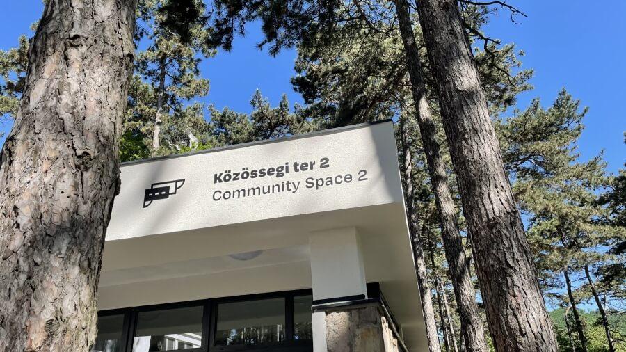 Homlokzati felirat - Rákóczi Tábor és Rendezvényközpont - Közösségi tér