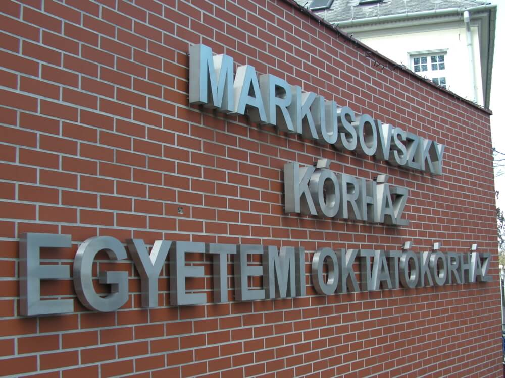 Markusovszky kórház világító felirata